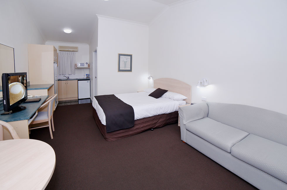 Comfortable Deluxe Queen room at Boulevarde Motor Inn - Accommodation Wagga Wagga